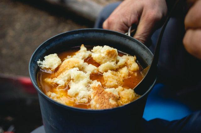 Camping Suppe zubereiten